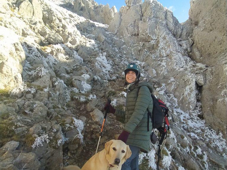 Imatge en que una persona cega amb gos pigall progressa en l'ascensió del Pedraforca.