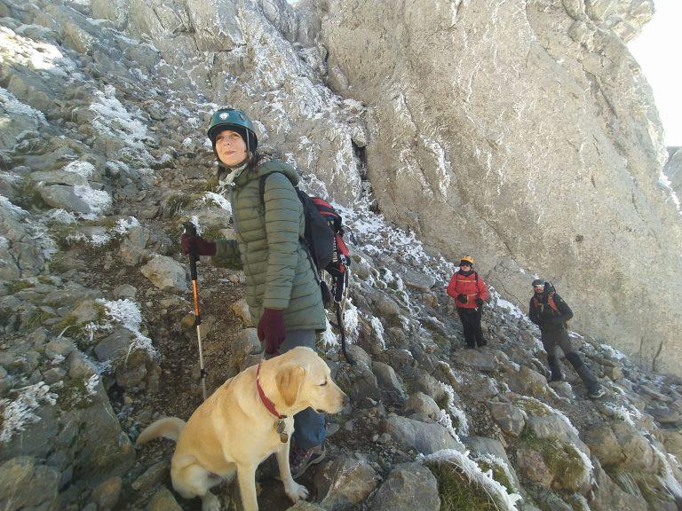 Imatge en que dues persones cegues, una d'elles amb gos pigall, i un dels guies fent l'ascensió al Pedraforca.